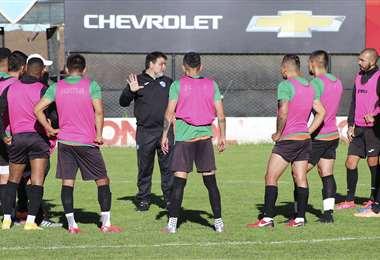 Vivas, el DT de Bolívar, dando indicaciones a sus jugadores. Foto: Club Bolívar