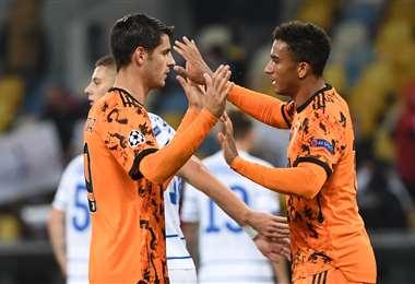 Morata (izq) es felicitado por un compañero de la Juventus. Foto: AFP