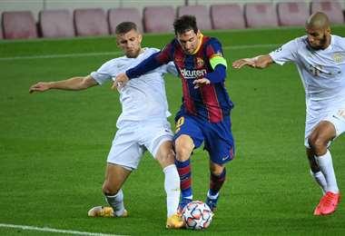 Messi maniobra ante dos jugadores del Ferencvaros. Foto: AFP