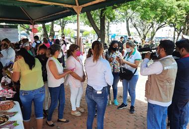 Más de 200 mujeres recibieron información del cáncer de mama. Foto. Gobernación