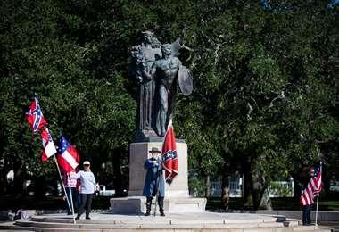 Braxton Spivery despliega su bandera confederada. Foto AFP