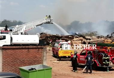 El fuego consume las llamas en este depósito de madera. Foto. Juan Carlos Torrejón