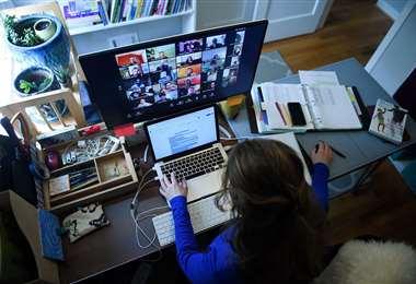 Una persona utilizando zoom. Foto AFP