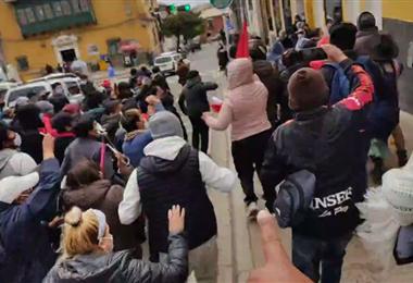 Cientos de personas se reunieron en Potosí, para insultar a Pumari.