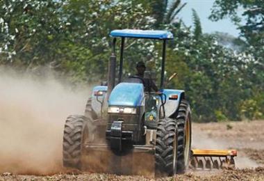 Los agricultores preparan sus tierras a la espera lluvias entre hoy y mañana