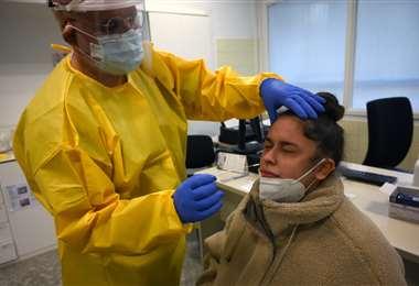 En Barcelona realizan test para detectar Covid-19 a un paciente/Foto: AFP