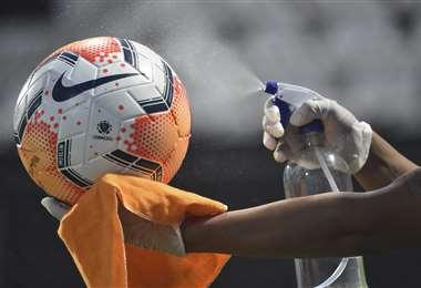 Un balón es desinfectado para prevenir Covid-19/Foto: AFP