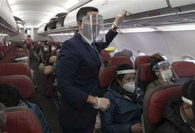 Todos los pasajeros y funcionarios de aviones deben llevar puesto su barbijo