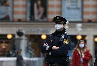 Una policía verifica el uso de barbijos en una calle de Múnich. Foto AFP