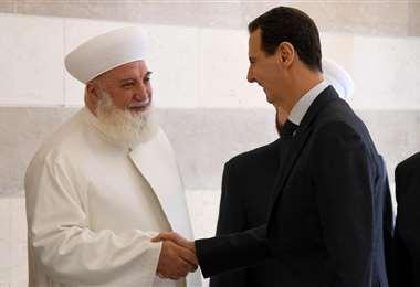 El líder religioso con el presidente Bashar Al Asad. Foto Internet