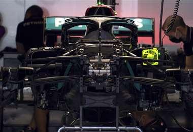 Los mecánicos revisan la máquina de Lewis Hamilton. Foto: AFP
