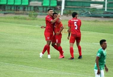 Vargas celebra el primer gol del partido. Foto: Jorge Gutiérrez