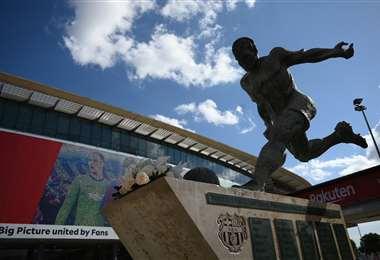 La estatua de Ladislao Kubala en las afueras del Camp Nou. Foto: AFP
