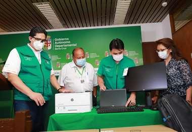 Prieto y Ríos durante la entrega de equipos