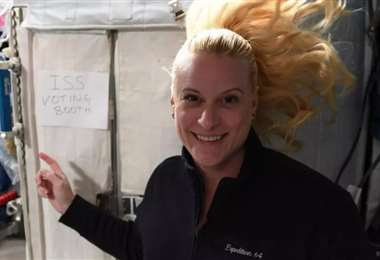 Kate Rubins señala el lugar donde depositó su voto. Foto NASA