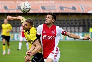 Lassina Traore, delantero de 19 años del Ajax, forceja con Tobías Pachonik. Foto: AFP