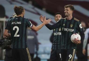 Ayling felicita a Bramford, que hizo los tres goles del Leeds. Foto: AFP