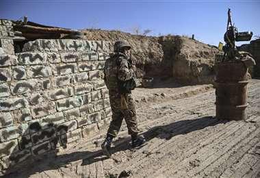 Un soldado armenio camina durante los combates. Foto: AFP