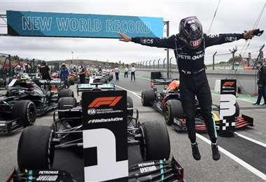 El salto de júbilo de Hamilton, que este domingo batió un récord. Foto: AFP