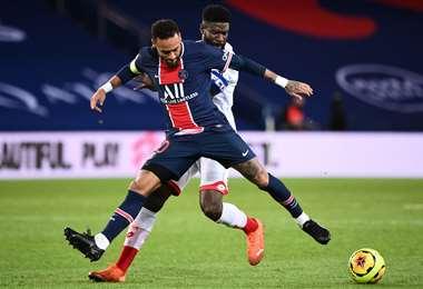 Neymar disputa el balón con un rival del Dijon. Foto: AFP