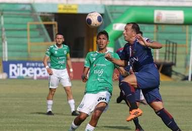 Mariano Brau y Ronaldo Sánchez en el duelo por la pelota. Foto: Jorge Uechi