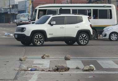 Restos de piedras utilizados en el bloqueo perjudican el tránsito. Foto: R. Montero