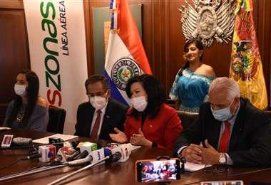 Matsou de Claverol, embajadora de Paraguay en Bolivia (Ctro.) valoró el reinicio de vuelos