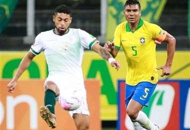 Bustamante en un duelo con Casemiro, de la selección brasileña. Foto: Club Náutico