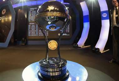 El trofeo que recibirá el campeón de la  Copa Sudamericana. Foto: internet
