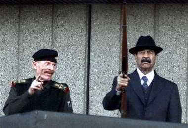 Ezzat Ibrahim al Duri (izq.) y Sadam Husein en diciembre de 2000. Foto AFP