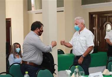 Costas antes de dar lectura al manifiesto público (Foto: Gobernación de SCZ)
