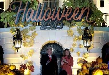 Donald y Melania Trump en el frontis de la Casa Blanca en el festejo de Halloween