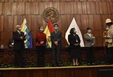 Entrega de credenciales a asambleístas (Foto: APG Noticias)