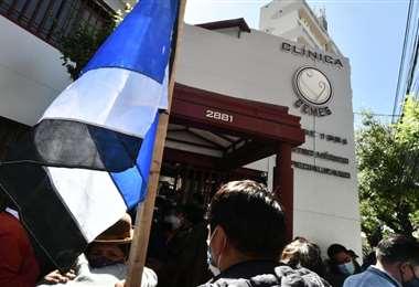 Afines al MAS se concentraron en la clínica Cemes. Foto: Juan Quisbert APG