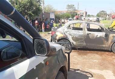 Así quedó el auto de la mujer, luego de que su esposo le prendiera fuego