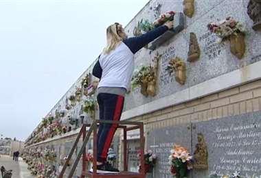 Alistando los nichos en un cementerio de Madrid. Foto Internet