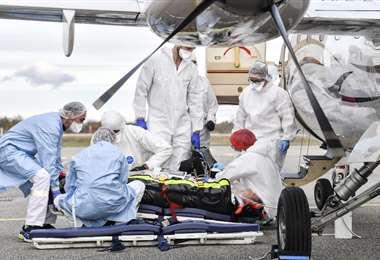 Un paciente con covid en el aeropuerto de Bron cerca de Lyon (Francia). Foto AFP