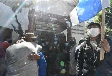 El ingreso a la clínica, estuvo restringido, según la Policía. Foto: Juan Quisbert APG