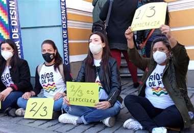 La protesta de cuatro activistas en puertas de la Asamblea (Foto: RRSS)