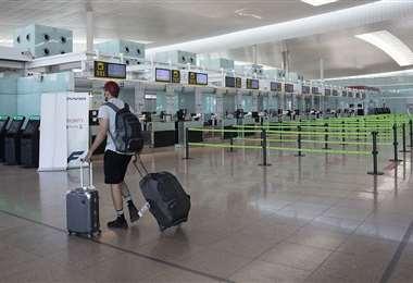 Los aeropuertos se abren de nuevo al público y a los vuelos. La gente los frecuenta