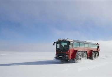 El bus recorriendo el glaciar. Foto AFP