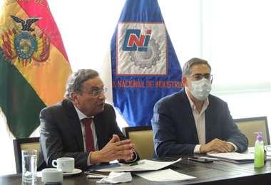 Rolando Kempff, presidente de la CNC (izq.) e Ivo Blazicevic de la CNI durante la reunión