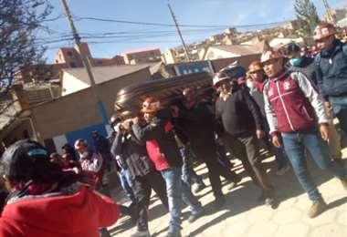 El cuerpo de dirigente minero Orlando Gutiérrez, cuando salió de Colquiri