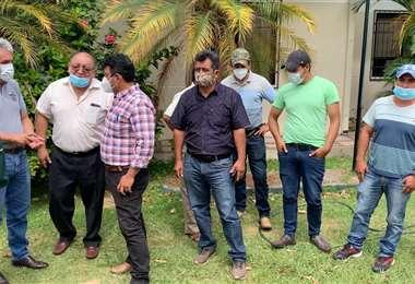Lso productores de papa antes de la reunión con la Aduana y el Senasag
