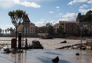 Una vía de Ventimiglia anegada por el temporal. Foto AFP