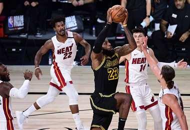 LeBron James conduce a la canasta durante la segunda mitad contra el Miami Heat. Foto: AFP