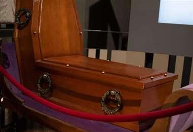 Un ataúd para una posición sentado en el museo de pompas fúnebres de Viena. Foto AFP