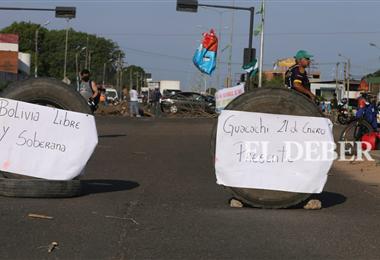 Vecinos bloquean en diferentes puntos de la capital cruceña. Foto. Jorge Ibáñez