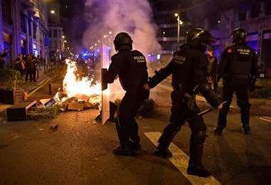 La policía catalana reprime a los manifestantes. Foto AFP