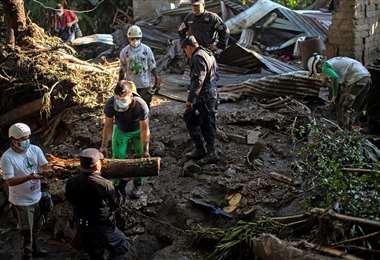 En busca de sobrevivientes. Foto AFP
